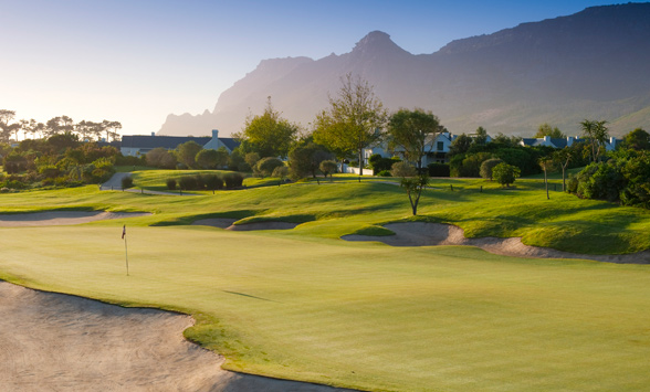 Early morning mist on the green at Steenberg.