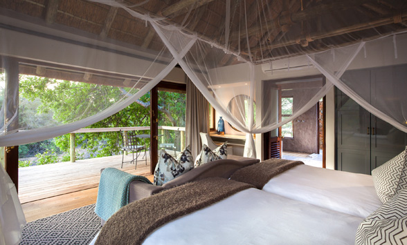 Romantic suite with four poster bed at Thornybush Lodge.